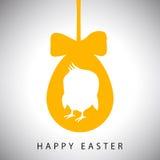 Vector la tarjeta del ejemplo de colgar el huevo anaranjado de pascua con el arco y la silueta del pollo recién nacido Fotos de archivo