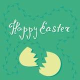 Vector la tarjeta del huevo de Pascua y de la cáscara de huevo agrietada en fondo verde con huellas del pollo ilustración del vector