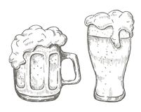 Vector la tazza di birra del disegno della mano nel fondo bianco Immagini Stock