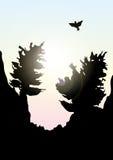 Vector las montañas y el paisaje del bosque a principios de la puesta del sol stock de ilustración
