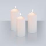 Vector las tres velas realistas con el fuego en fondo gris con la reflexión de espejo libre illustration