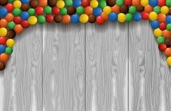 VECTOR le caramelle colorate del confetto, mucchio dei dolci, dadi lustrati su legno Immagine Stock