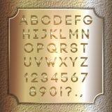Vector le lettere, le cifre e la punteggiatura dell'alfabeto ricoperte oro sul piatto d'ottone del fondo Fotografia Stock Libera da Diritti