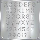 Vector le lettere, le cifre e la punteggiatura rivestite d'argento dell'alfabeto su fondo metallico Fotografie Stock