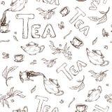 Vector lo schizzo senza cuciture del modello degli oggetti panino-lotta ed iscrizione Il tè dal bollitore ha versato nelle tazze Fotografia Stock Libera da Diritti