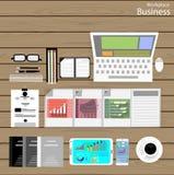 Vector a los hombres de negocios del lugar de trabajo ven el uso de las tecnologías de comunicación modernas, cuadernos, tabletas Imagen de archivo libre de regalías