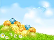 Vector los huevos de Pascua en un campo verde con las margaritas Imagenes de archivo