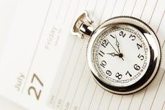 Vector moderne illustratie in vlakke stijl met de mannelijke chronometer van de handholding Stock Afbeeldingen