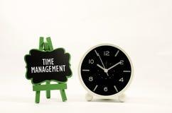 Vector moderne illustratie in vlakke stijl met de mannelijke chronometer van de handholding royalty-vrije stock foto
