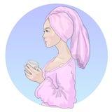 Vector mooi meisje met glanzende gezonde huid in een badjas met een handdoek op haar hoofd en met een drankmok stock illustratie
