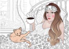 Vector mooi slaapmeisje met een verband aan slaap het drinken koffie in haar bed met een kat Stock Afbeeldingen