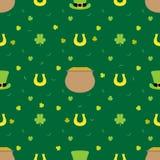 Vector nahtlosen Hintergrund für St- Patrick` s Tag Großer Kessel, Münzen, Hut, Klee Stockfotografie