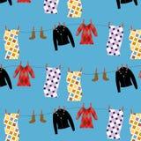 Vector nahtloses Muster mit Kleidung in der Wäscherei, die auf blauem Hintergrund lokalisiert wird Stockfotografie