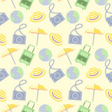Vector nahtloses Reisemuster mit Tasche, Regenschirm, Kamera, Kugel und Kappe Lizenzfreie Stockbilder