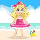 Vector nettes blondes Mädchen im rosa Badeanzug, der Schwimmring auf dem Seehintergrund und Eimer am Sand hält Lizenzfreies Stockfoto