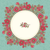 Vector o cartão do vintage com um ramalhete das flores do vermelho da garatuja e o quadro para o texto no fundo sujo retro Fotografia de Stock
