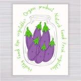 Vector o cartaz tirado mão com o frasco completo da beringela com texto no contexto de madeira Fotos de Stock