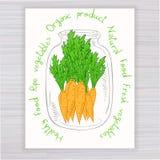 Vector o cartaz tirado mão com o frasco completo da cenoura com texto no contexto de madeira Imagem de Stock Royalty Free