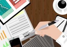 Vector o homem de negócios com uma área de trabalho e uma tecnologia de comunicação do telefone da mesa com papel de gráfico, pen Fotos de Stock