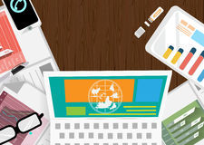 Vector o homem de negócios com uma área de trabalho e uma tecnologia de comunicação do telefone da mesa com papel de gráfico, pen Fotografia de Stock Royalty Free