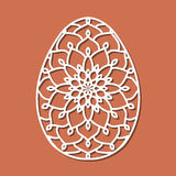 Vector o ovo da páscoa laçado do estêncil com teste padrão a céu aberto cinzelado Tem ilustração stock