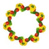 Vector o quadro isolado do círculo de tomates, de pepinos e de pimentos de sino amarelo vermelhos frescos Fotografia de Stock Royalty Free