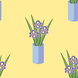 Vector o teste padrão sem emenda com os ramalhetes de flores da íris no vaso azul Imagem de Stock Royalty Free