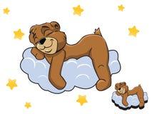 Vector o urso de peluche bonito da cor dos desenhos animados que dorme em uma nuvem Imagens de Stock Royalty Free