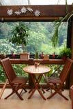 Vector para dos en el café al aire libre del jardín Foto de archivo libre de regalías