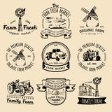 Vector retro reeks landbouwbedrijf verse logotypes Uitstekende etiketten met hand geschetste landbouwmachineillustraties Stock Fotografie