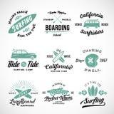 Vector Retro Stijl het Surfen Etiketten, Emblemen of T-shirt Grafisch Ontwerp die Surfplanken, Branding Woodie Car, Motorfiets ke Stock Afbeeldingen