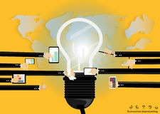 Vector a sessão de reflexão do homem de negócios para do mapa do mundo móvel moderno da tabuleta do bulbo das tecnologias de comu Imagens de Stock