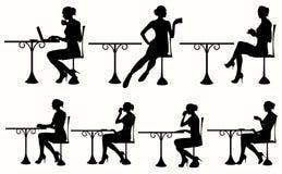 Vector a silhueta da mulher que senta-se na tabela Fotos de Stock