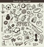 Vector Skizze des Satzes der Sportausrüstung auf dem grünen Hintergrund Lizenzfreies Stockfoto