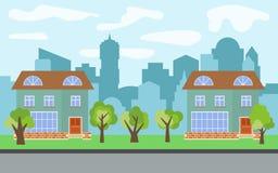 Vector Stadt mit zwei zweistöckigen Karikaturhäusern und grünen Bäumen am sonnigen Tag Lizenzfreie Stockbilder