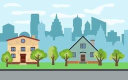 Vector Stadt mit zwei zweistöckigen Karikaturhäusern und grünen Bäumen am sonnigen Tag Lizenzfreie Stockfotos