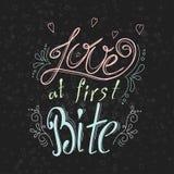 Vector tipográfico dibujada mano de la cita en fondo de la pizarra El poner letras: Amor en la primera mordedura Colección de Bac Fotografía de archivo