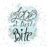 Vector typografische getrokken citaathand Het van letters voorzien: Liefde bij eerste Beet Baceryinzameling Affiche met groet Typ Royalty-vrije Stock Afbeeldingen