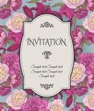Vector uitstekende uitnodigingskaart met boeketten van hand getrokken purpere en witte pioenen, karmozijnrode lelies op blauwe ac Stock Afbeelding