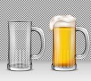 Vector uma ilustração realística de duas canecas de vidro transparentes - uma completamente da cerveja com espuma, a outro está v Imagem de Stock Royalty Free