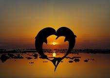Vector un'illustrazione di due delfini degli amanti nella forma del cuore royalty illustrazione gratis