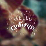 Vector unscharfen Herbstlandschaftshintergrund mit Typografietext hallo Herbst Handbeschriftungsplakat Stockfotos