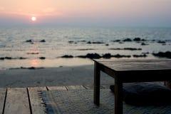 Vector vacío - barra rústica de la playa en la puesta del sol Imagen de archivo