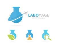 Vector van fles en vliegtuigembleemcombinatie Laboratorium en reissymbool of pictogram Unieke vlucht en wetenschap logotype Royalty-vrije Stock Foto