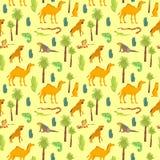Vector vlak naadloos patroon met hand getrokken die woestijndieren, reptielen, cactus, palmen op gele achtergrond worden ge?solee vector illustratie