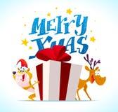 Vector vlakke vrolijke Kerstmisillustratie met grappige hond in santahoed, grote giftdoos met rood lint en herten op witte rug royalty-vrije illustratie