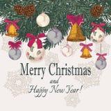 Vector Weinlese Weihnachtskarte mit Hand gezeichnetem Tannenbaum, Tannenzapfen, Glocken Lizenzfreie Stockfotografie