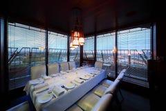 Vector y sillas blancas en restaurante Imágenes de archivo libres de regalías