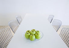 Vector y sillas modernos de cocina Foto de archivo