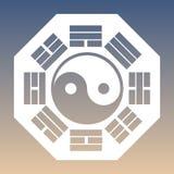 Vector Yin y Yang Symbol y ocho Trigrams en un fondo de la pendiente Imagenes de archivo